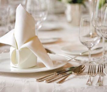 restaurant-table-setting-gzgtn4qoa